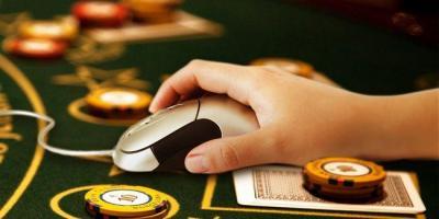 datormus med hand, kortlek och marker